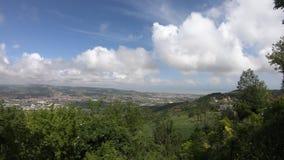 Vista della valle di Tronto durante il giorno nuvoloso archivi video