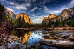 Vista della valle di Yosemite al tramonto, parco nazionale di Yosemite, California immagini stock libere da diritti