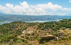 Vista della valle e del lago il giorno soleggiato Fotografie Stock Libere da Diritti