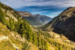 Vista della valle e della montagna Gamma-Francia delle alpi Fotografie Stock