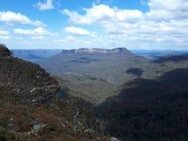 Vista della valle e delle montagne con gli alberi di eucalyptus un chiaro giorno del cielo blu in Jamison Valley NSW Australia Immagine Stock Libera da Diritti