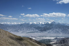 Vista della valle verde del leh e catena montuosa maestosa dell'Himalaya Fotografia Stock