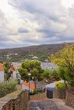 Vista della via a Cadaques e porto di estate Fotografia Stock Libera da Diritti