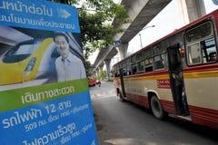 Vista della via con il cartello tailandese di elezione Fotografia Stock