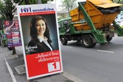 Vista della via con il cartello tailandese di elezione fotografie stock libere da diritti