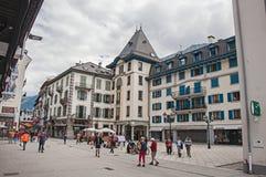 Vista della via con la gente ed i negozi nel centro di Chamonix-Mont-Blanc Immagine Stock