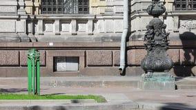 Vista della via con la torcia elettrica ed il monumento verdi nel giorno soleggiato di estate Nessuna gente video d archivio