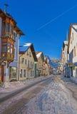 Vista della via con le case amoroso dipinte nella Garmisch-parte Fotografia Stock