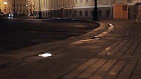 Vista della via con le costruzioni gialle nella città di notte Macchina fotografica su terra video d archivio