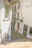 Vista della via con una bicicletta in vecchia città di Zurigo in Svizzera Fotografie Stock