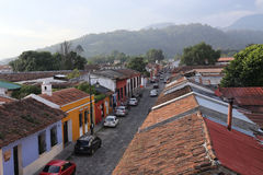 Vista della via dalla cima dell'Antigua Guatemala maggio 2015 La città storica Antigua è sito del patrimonio mondiale dell'Unesco Immagine Stock Libera da Diritti