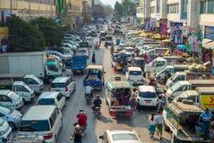 Vista della via del mercato di Zegyo a Mandalay Fotografie Stock