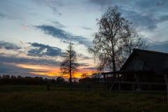 Vista della via del villaggio al tramonto Fotografia Stock