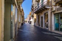 Vista della via della città di Taormina con la torre di orologio su fondo - Taormina, Sicilia, Italia Immagini Stock