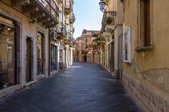 Vista della via della città di Taormina - Taormina, Sicilia, Italia Immagini Stock Libere da Diritti