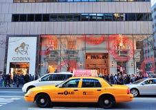 Vista della via della Quinta Avenue di New York City Immagini Stock