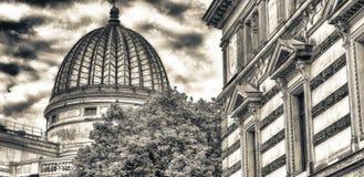 Vista della via delle costruzioni antiche di Dresda un giorno nuvoloso, tedesca Fotografia Stock