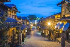 Vista della via dello zaka di Ninen a Kyoto alla notte fotografie stock