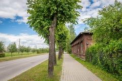 Vista della via di Dzelzcela in Gulbene, Lettonia fotografia stock