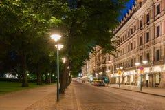 Vista della via di Helsinki alla notte Immagine Stock