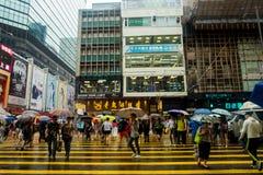 VISTA DELLA VIA DI HONG KONG IN PIOGGIA Fotografia Stock Libera da Diritti