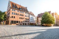 Vista della via di mattina nella vecchia città di Nurnberg, Germania immagini stock libere da diritti