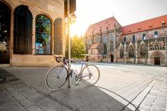 Vista della via di mattina nella vecchia città di Nurnberg, Germania fotografie stock libere da diritti