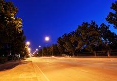 Vista della via di notte Immagini Stock