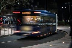 Vista della via di notte Effetto di cottura del bus Immagine Stock