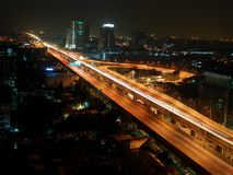 Vista della via di notte su Bangkok, Tailandia Fotografia Stock