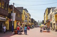 Vista della via di vecchia città di Lima con le case variopinte tradizionali ed il balcone di legno Immagine Stock