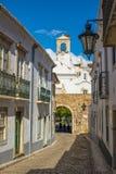 Vista della via di vecchio Faro del centro - capitale di Algarve - il Portogallo Immagini Stock Libere da Diritti