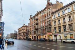 Vista della via di Vosstaniya in piovoso St Petersburg, Russia Fotografia Stock