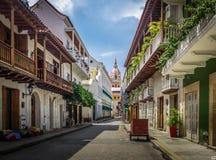 Vista della via e cattedrale - Cartagine de Indias, Colombia immagini stock libere da diritti