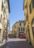 Vista della via a Lucca, la città di Puccini, Italia Fotografia Stock