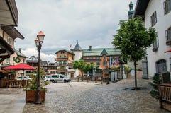 Vista della via nel centro urbano, con l'automobile ed i negozi in Megève Fotografie Stock Libere da Diritti