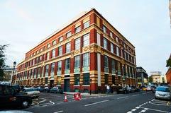 Vista della via nell'architettura di Londra che costruisce mattone rosso Fotografia Stock