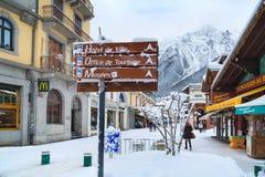 Vista della via nella città di Chamonix-Mont-Blanc, alpi francesi, Francia Immagini Stock Libere da Diritti