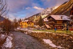 Vista della via nella città di Chamonix-Mont-Blanc, alpi francesi, Francia fotografia stock libera da diritti