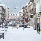 Vista della via nella città di Chamonix-Mont-Blanc, alpi francesi, Francia Fotografia Stock