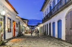 Vista della via nella città coloniale di Paraty, Brasile Immagine Stock