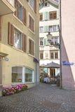 Vista della via nella vecchia città di Zurigo in Svizzera di estate Fotografia Stock Libera da Diritti