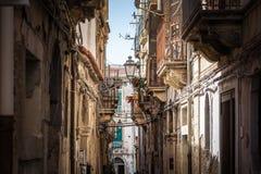 Vista della via stretta a Siracusa, Italia fotografia stock