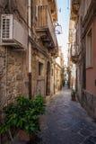 Vista della via stretta a Siracusa, Italia fotografie stock libere da diritti
