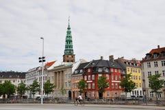 Vista della via su cui una ragazza guida una bicicletta, Copenhaghen Fotografia Stock