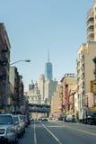Vista della via sulla strada e Freedom Tower in distretto finanziario nella L Fotografia Stock
