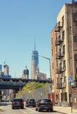 Vista della via sulla strada e Freedom Tower in distretto finanziario nella L Immagini Stock Libere da Diritti