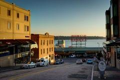 Vista della via verso il mercato pubblico durante il tramonto crepuscolare in Seat fotografia stock libera da diritti