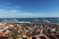 Vista della vicinanza di Alfama dal punto di vista di Santa Luzia, con le navi da crociera nel Tago a Lisbona Fotografia Stock