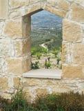 Vista della vigna cipriota attraverso il foro in parete di pietra immagine stock libera da diritti
